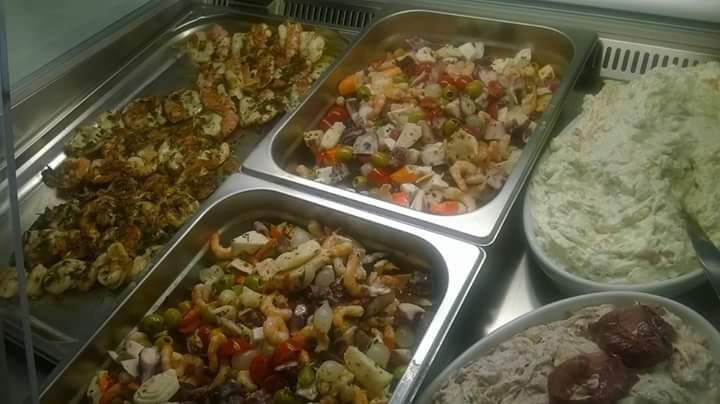 dei vassoi con carote, piselli e altra verdura cotta