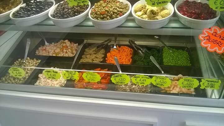 una vetrina con piatti a base di carne e delle patate