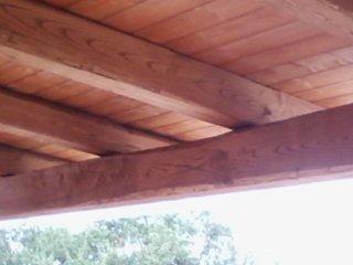 vista dal sotto del tetto del gazebo in legno
