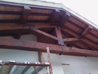 vista di un tetto in legno