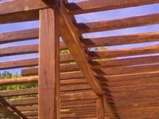 vista delle travi in legno di un gazebo