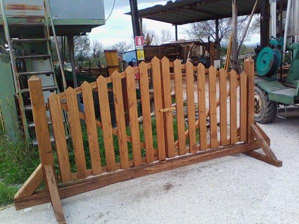 un cancello in legno