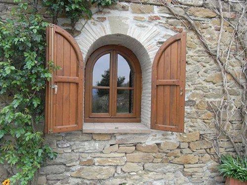 finestra di una casa in sassi