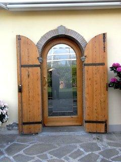vista frontale portone in legno