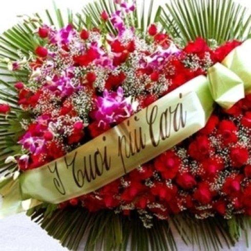 mazzo di fiori, addobbo completo di corone