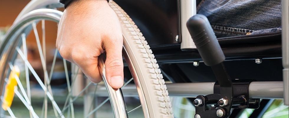 Mano su ruota carrozzina per disabili