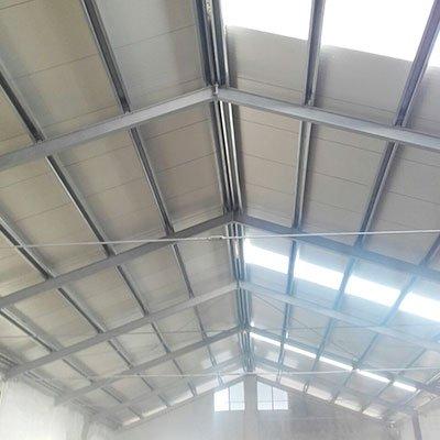 un tetto di un capannone visto da sotto