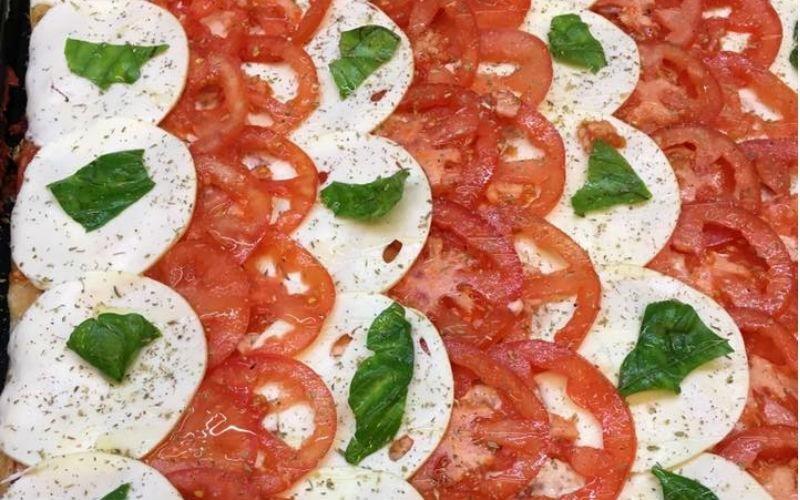 Pizza mozzarella e pomodori
