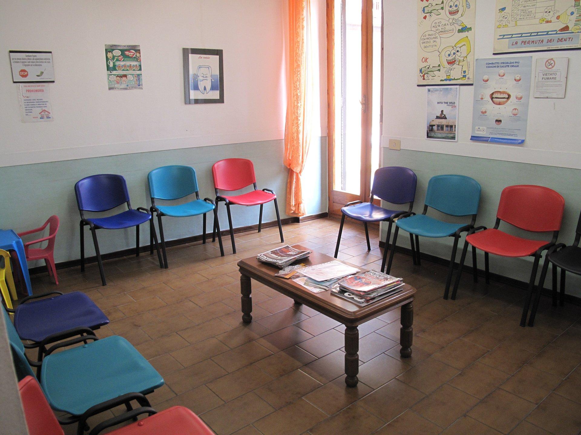 sala d'attesa con sedie colorate