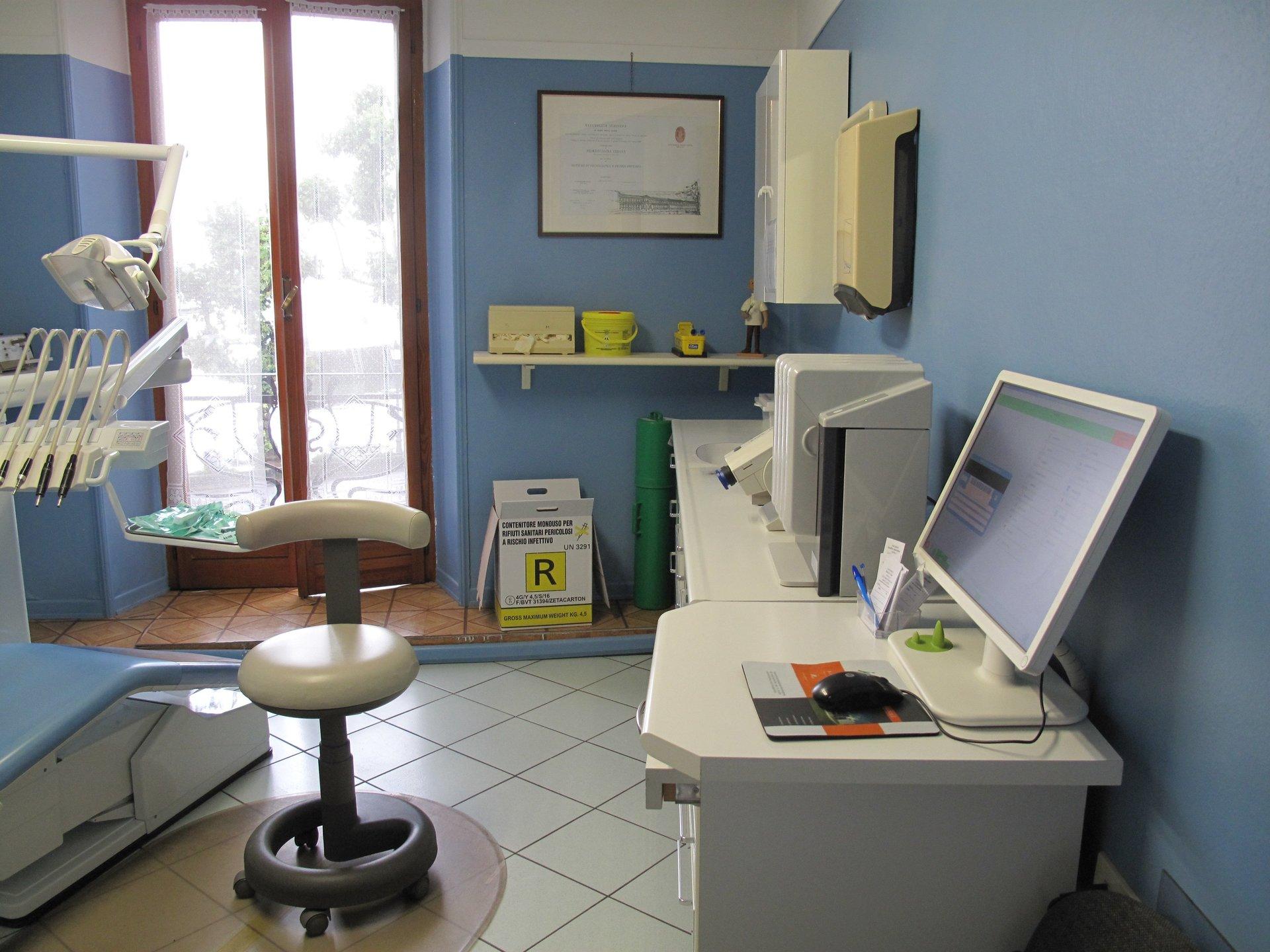 sala con macchinari dentistici