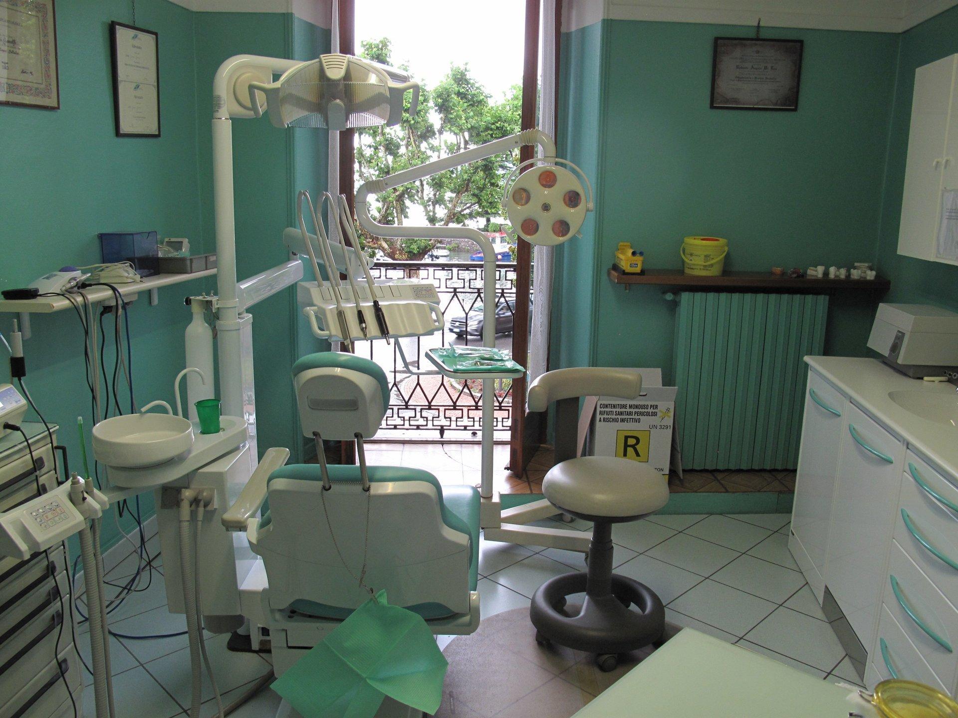 strumenti dentistici e macchinari per la pulizia dei denti