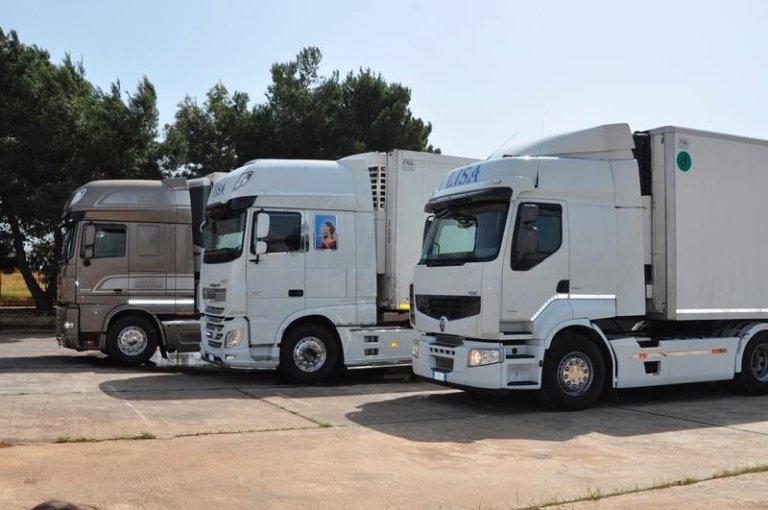Tre camion parcheggiati uno accanto all'altro