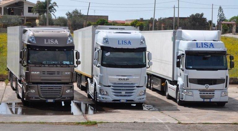 Vista frontale di tre camion