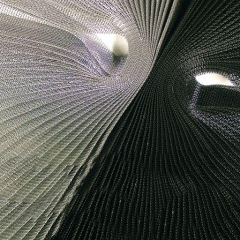 delle strisce di stoffe bianche  e nere