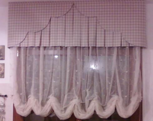 una tenda rosa con quadratini bianchi sopra e sotto a velo con dei pois