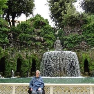 persona davanti a una fontana