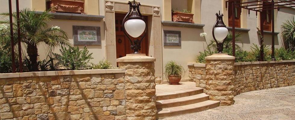 muretto in pietra dei gradini e due lampioni