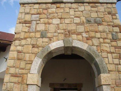 un arco con muro in pietra