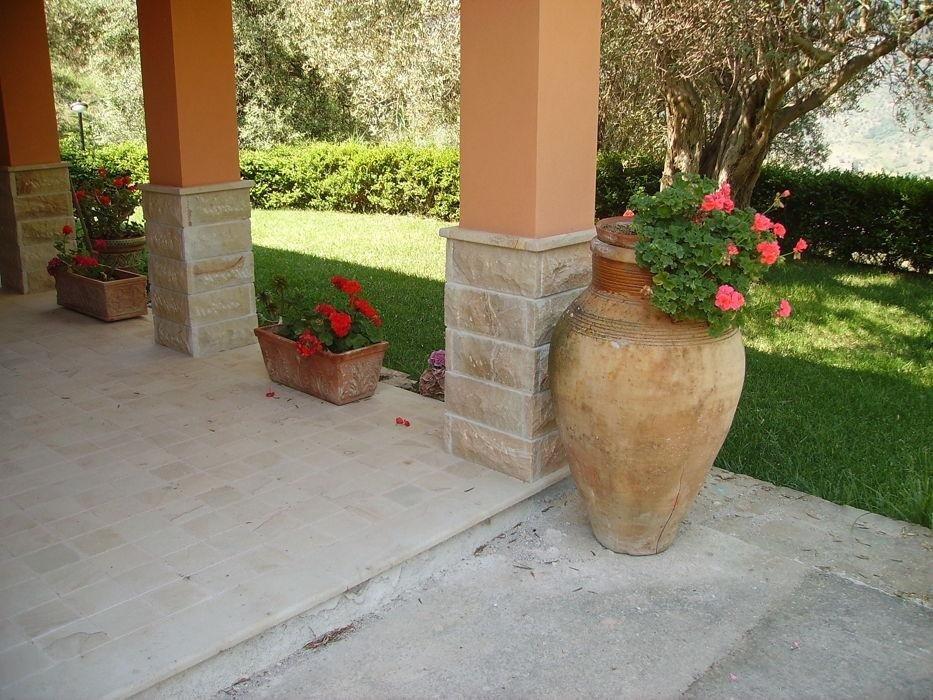 delle colonne arancioni e dei vasi