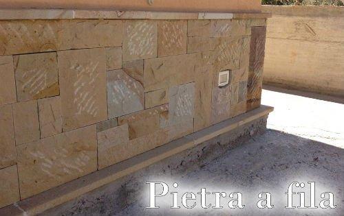 un muro in pietra e una scritta pietra a fila