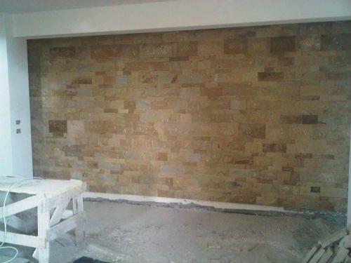 un muro interno di una casa in pietra
