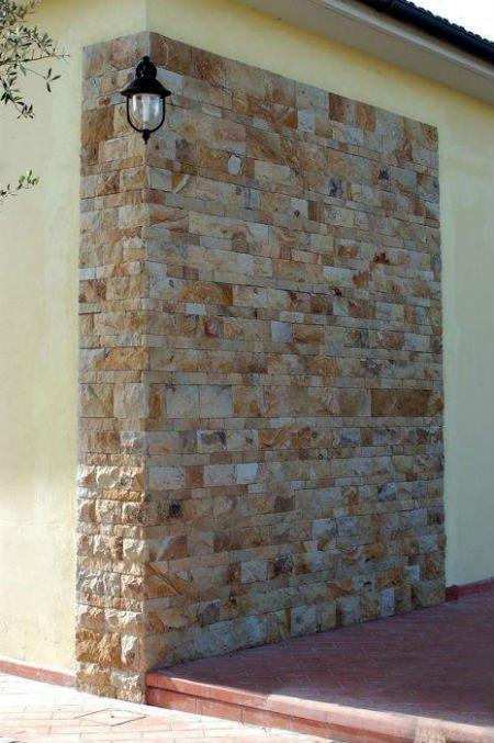 muro in pietra e di color giallo