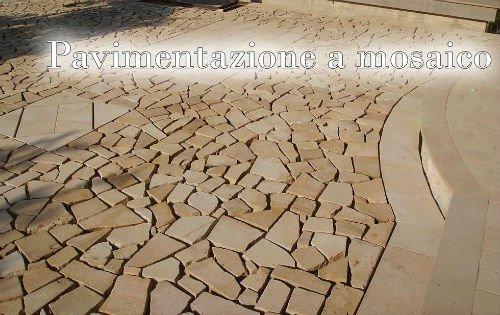 una pavimentazione a mosaico