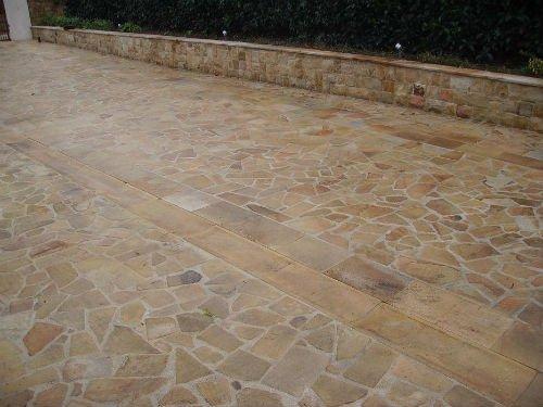 una pavimentazione di color beige in pietra