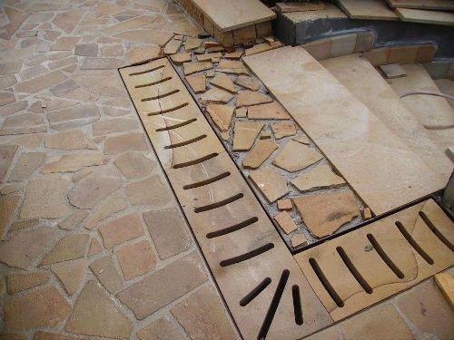 una pavimentazione in pietra e a mosaico