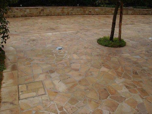 una pavimentazione in pietra e una piccola aiuola con dell'erba