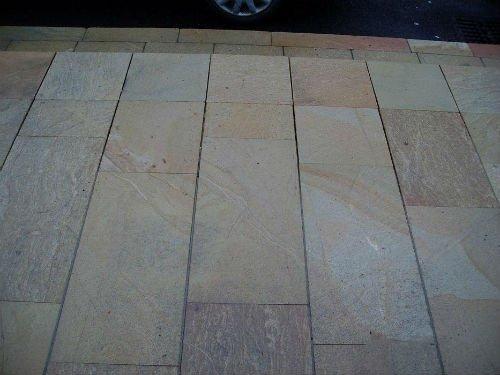 una pavimentazione di piastrelle beige e grigie