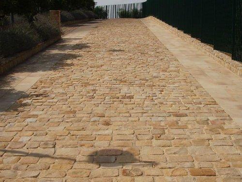 una pavimentazione in pietra di color marrone