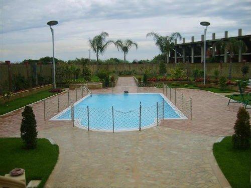 una pavimentazione esterna attorno a una piscina