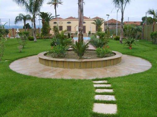 un giardino con un prato è un aiuola con delle piante