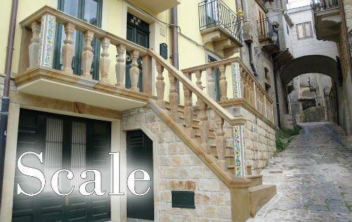 delle scale esterne color beige