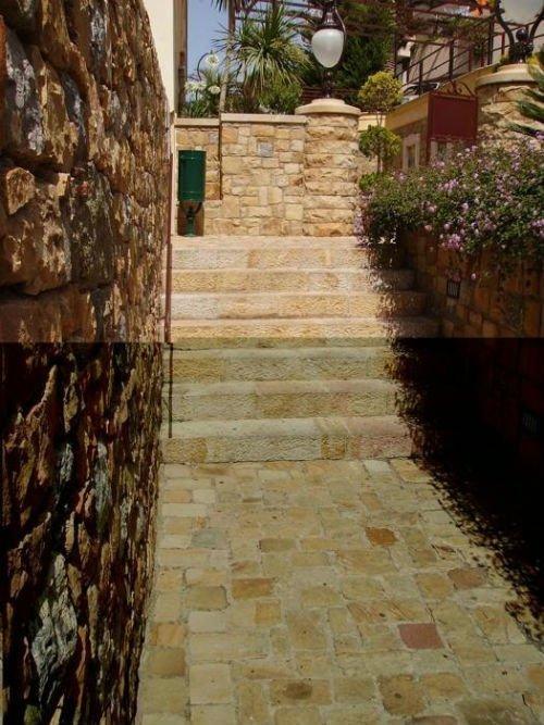 una pavimentazione a cui seguono dei gradini