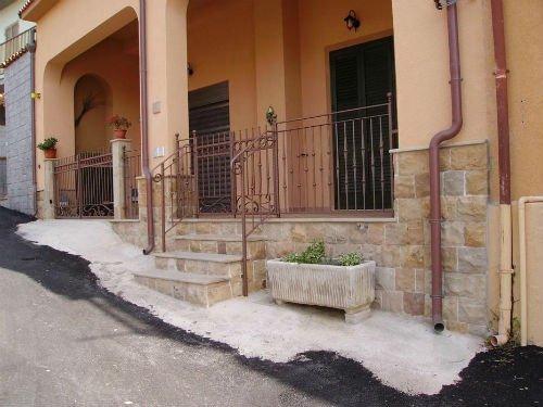 una casa e vista dei gradini con un corrimano