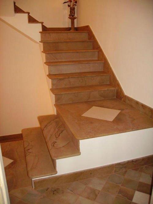 dei gradini in marmo di color marrone