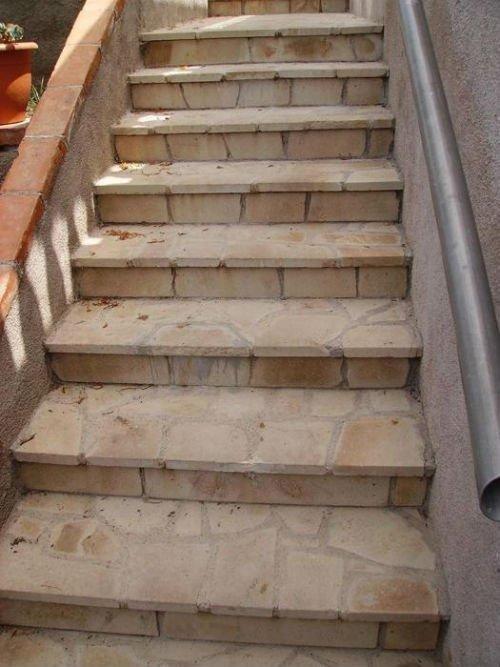dei gradini in pietra