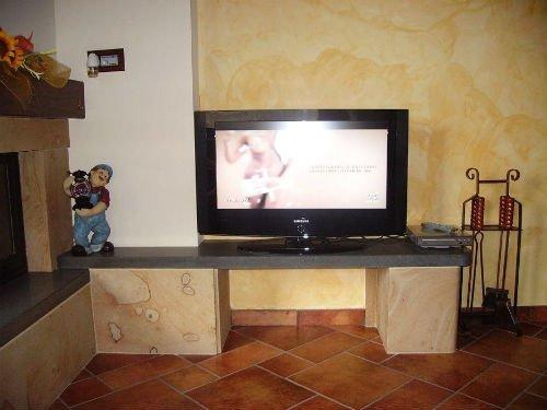 una tv sopra a un mobiletto in marmo