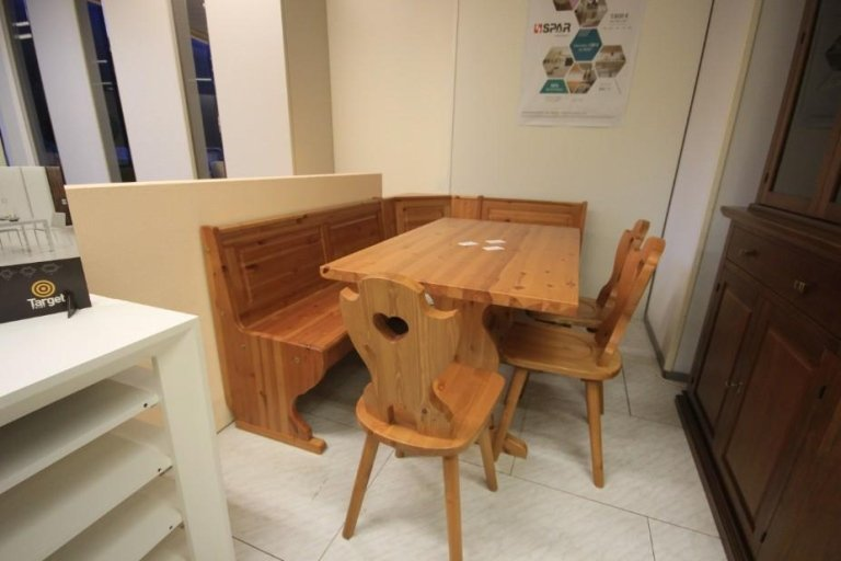 sedie e tavolo in arte povera