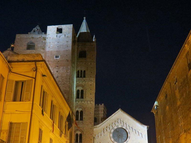 vista di una chiesa e altre costruzioni durante la notte