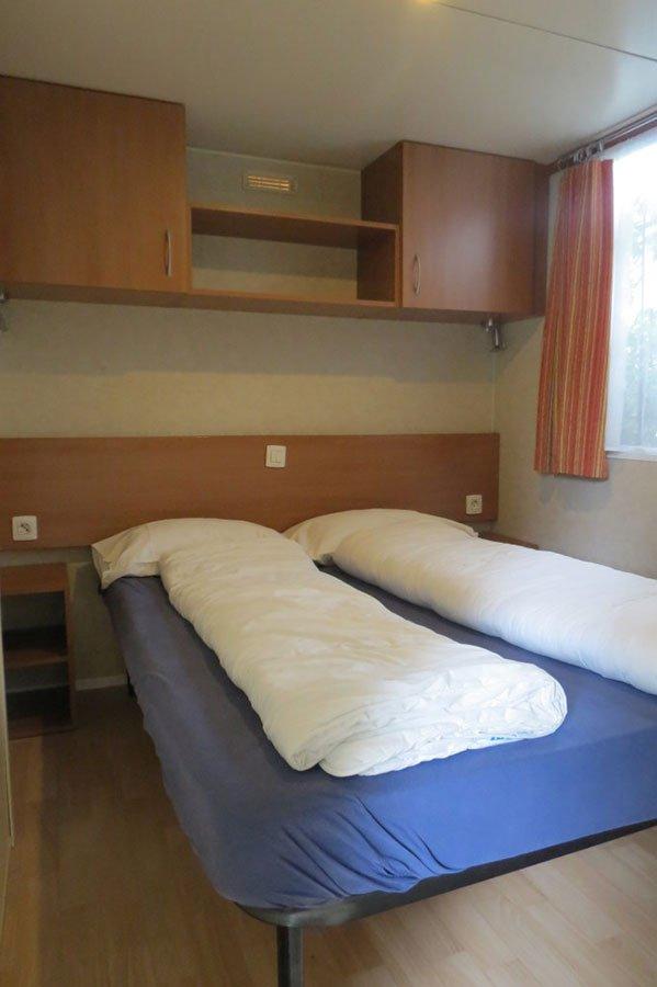 un stanza con due letti singoli e un letto a castello