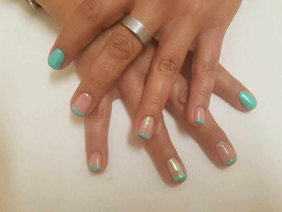 dettaglio di unghie e mani dopo trattamento manicure