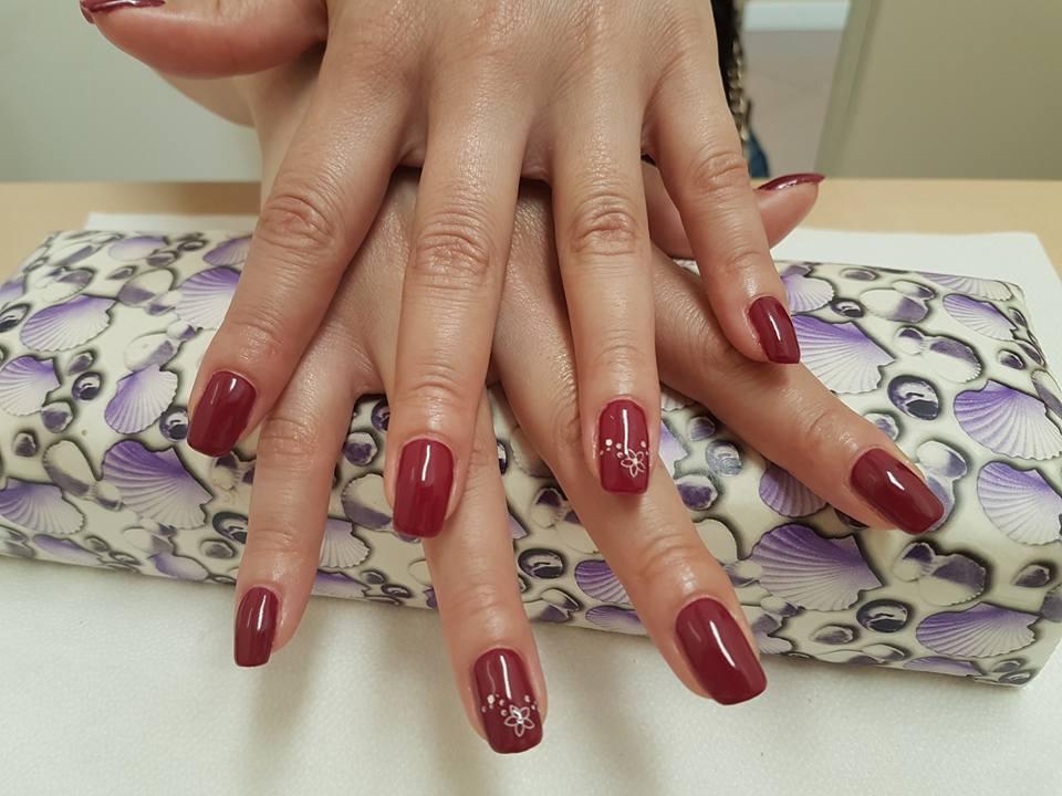dettaglio di unghie con smalto