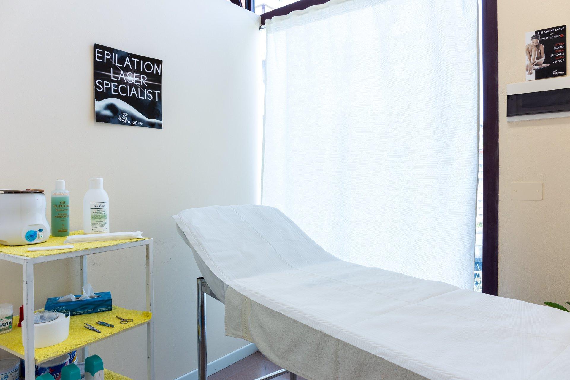 lettino per massaggi e pratiche estetiche