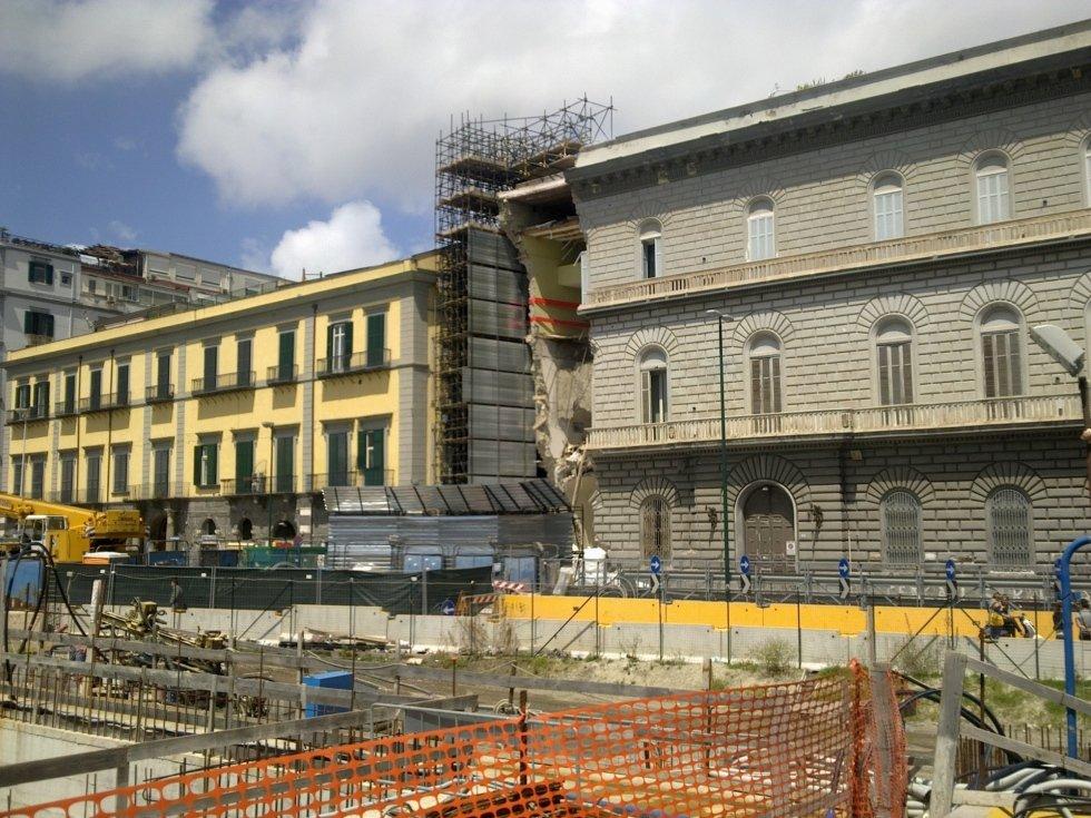 puntellamento esterno edificio dopo crollo