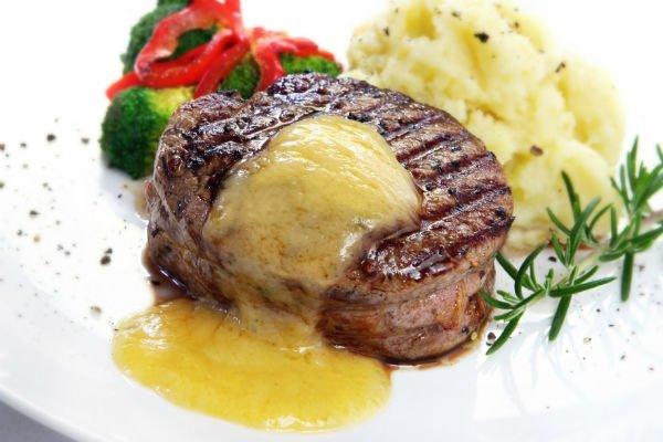 un filetto di carne con patate e rosmarino