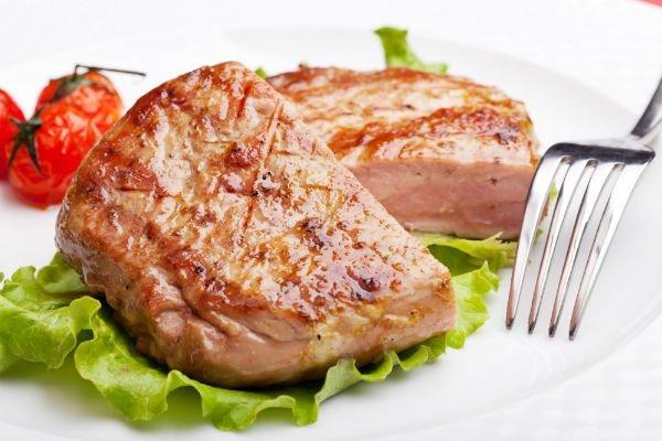 un filetto grigliato su un letto di insalata
