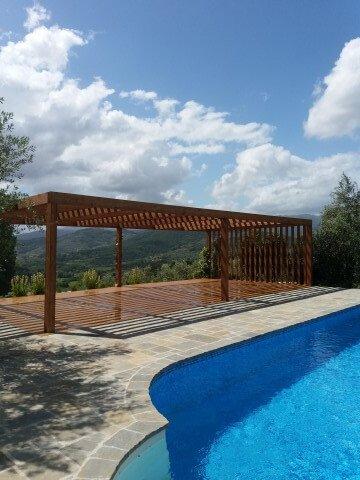 tettoia in legno di fronte a piscina